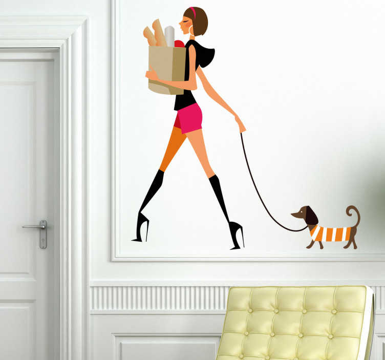 TenStickers. Sticker decorativo ragazza glamour 1. Adesivo murale che raffigura una ragazza che porta a passeggio il suo bassotto dopo aver fatto la spesa. Una decorazione trendy per il soggiorno o la camera da letto.
