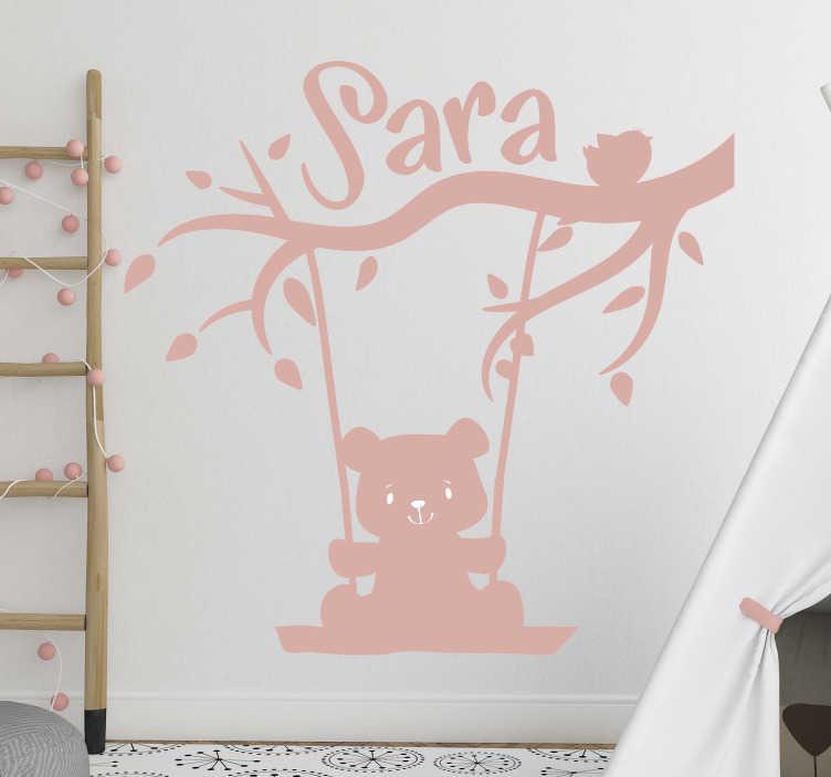 TenVinilo. Vinilo pared oso en columpio con nombre. Vinilo infantil personalizable con el diseño de un oso bebé columpiándose en un árbol. Proporcione el nombre para el diseño y elija el tamaño