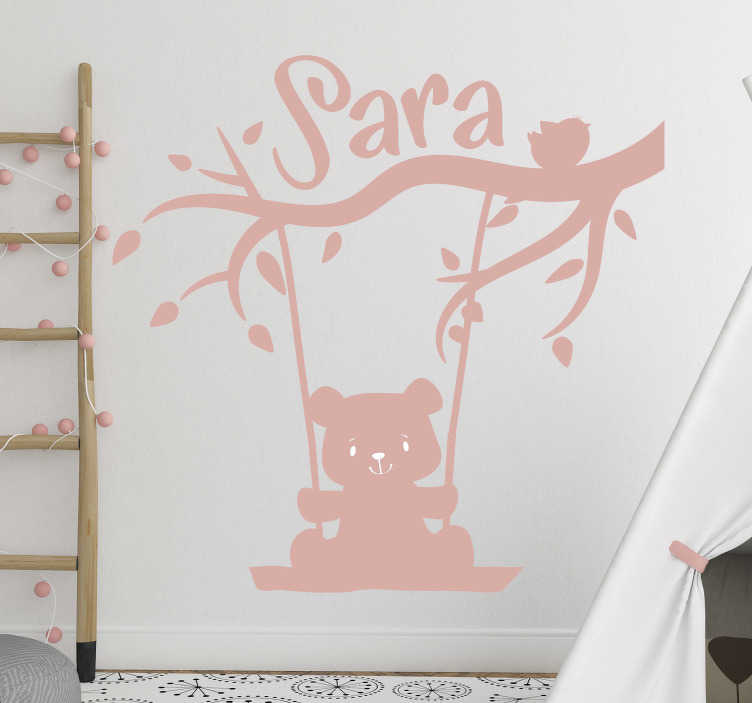TenStickers. 지점 사용자 정의 데칼에 부담. 나무에 스윙 아기 만화의 디자인과 personalisable 이름 아이 벽 스티커. 디자인의 이름을 제공하고 크기를 선택하십시오.