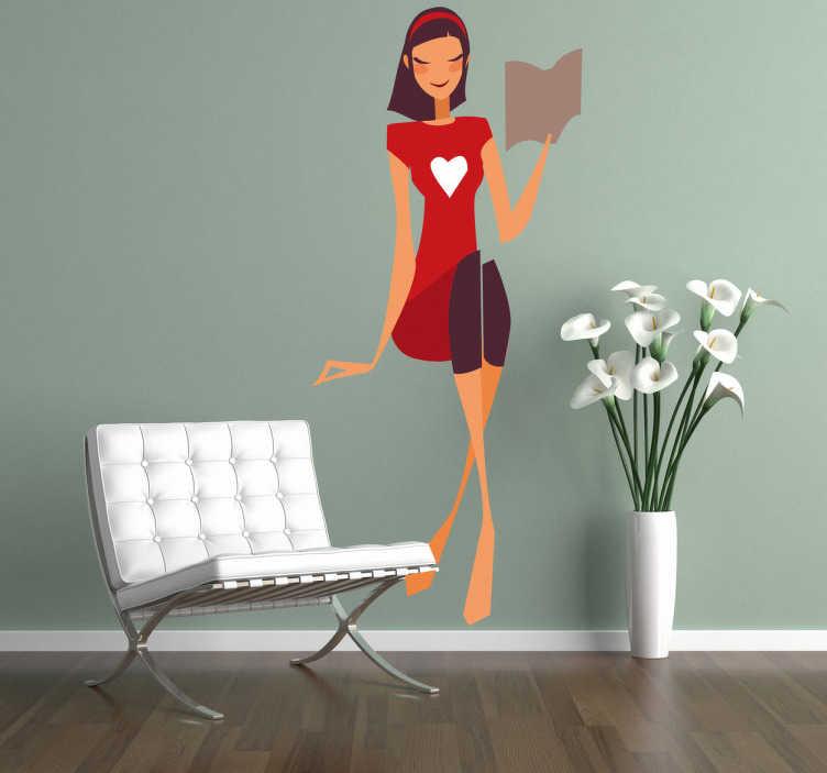 TenVinilo. Vinilo decorativo lectora chic. Adhesivo de una simpática mujer joven leyendo, vestida con color rojo llamando la atención su dibujo central en la camiseta de un corazón.