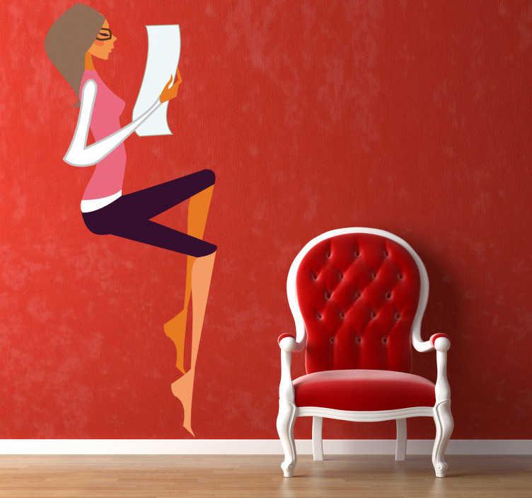 TenStickers. Sticker decorativo ragazza glamour 7. Adesivo murale che raffigura una giovane ragazza intenta a leggere una lettera. Una decorazione elegante e moderna per le pareti della camera da letto.