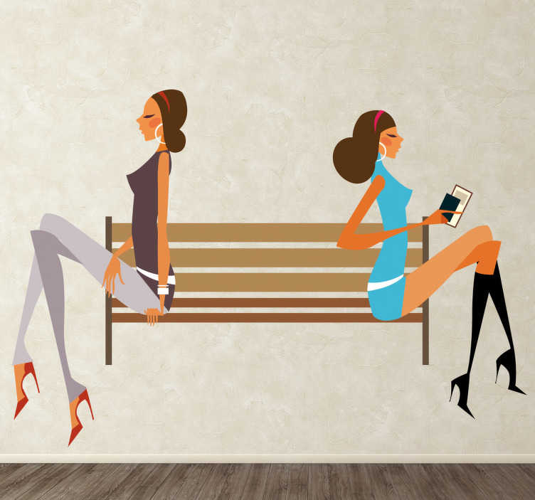 TenStickers. Sticker fashion meisjes op een bankje. Muursticker zie je stijlvolle dames zitten op een bankje.Ze dragen hakken en hippe kleding. Leuke manier om je woning of je winkel te decoreren.