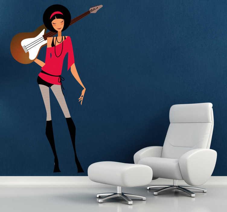 TenStickers. Sticker vrouwlijke gitariste. Muursticker van een sexy griet die een stoere pose aanneemt met haar gitaar op haar rug. Decoratie sticker voor de vrouwelijke gitaristen.