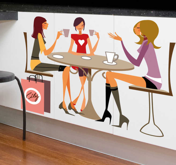 TenVinilo. Vinilo tres chicas tomando café. Adhesivo de una reunión de tres amigas que hacen un descanso después de ir de compras en una cafetería mientras charlan animadamente. Decoración singular para tu cocina.