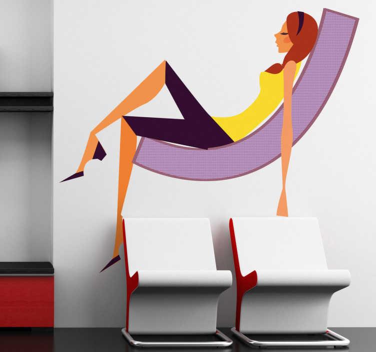 TenStickers. Sticker decorativo ragazza glamour 24. Adesivo decorativo che raffigura una giovane ragazza che si rilassa su una sedia sdraio. Una decorazione ideale per le pareti o le vetrine di un negozio di abbigliamento o di complementi d'arredamento.