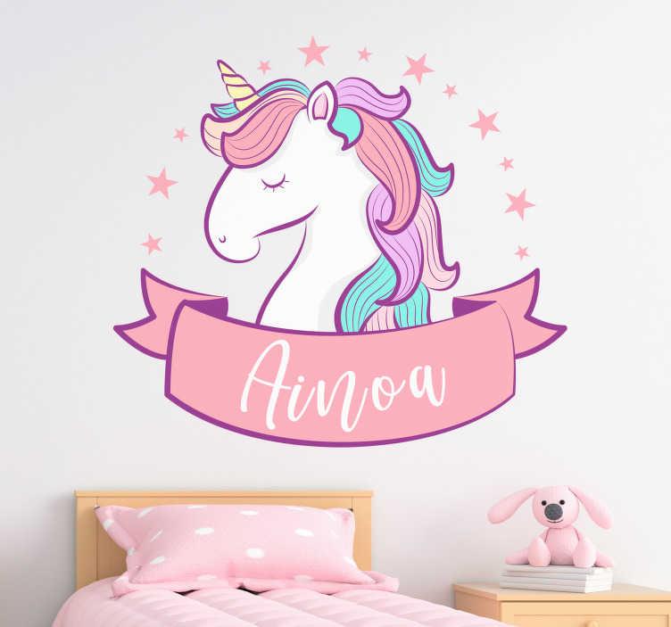 TenStickers. 粉色独角兽与名称插图墙艺术贴花. 装饰儿童墙贴着粉红色的独角兽和名字的插图。提供设计所需的任何名称。容易申请。
