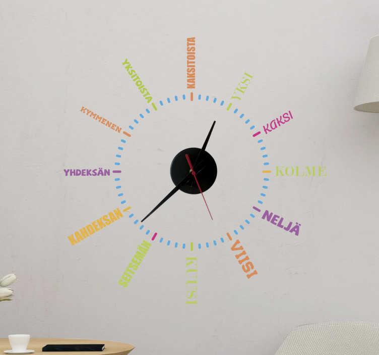 Tenstickers. Kello suomalaisilla numeroilla tarrakello. Suomalaisten numeroiden seinäkello tarra, joka koristaa kodin ja toimistotilan. Meillä on sitä minkä tahansa kokoisena tarvitset. Se on tarttuva ja helppo levittää.