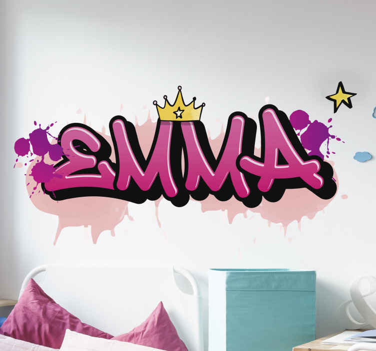 TenStickers. Autocollant Personnalisé Graffiti pour les filles. Sticker personnalisable illustratif pour la décoration de la chambre des enfants. Un sticker graffiti disponible en différentes tailles et de haute qualité.