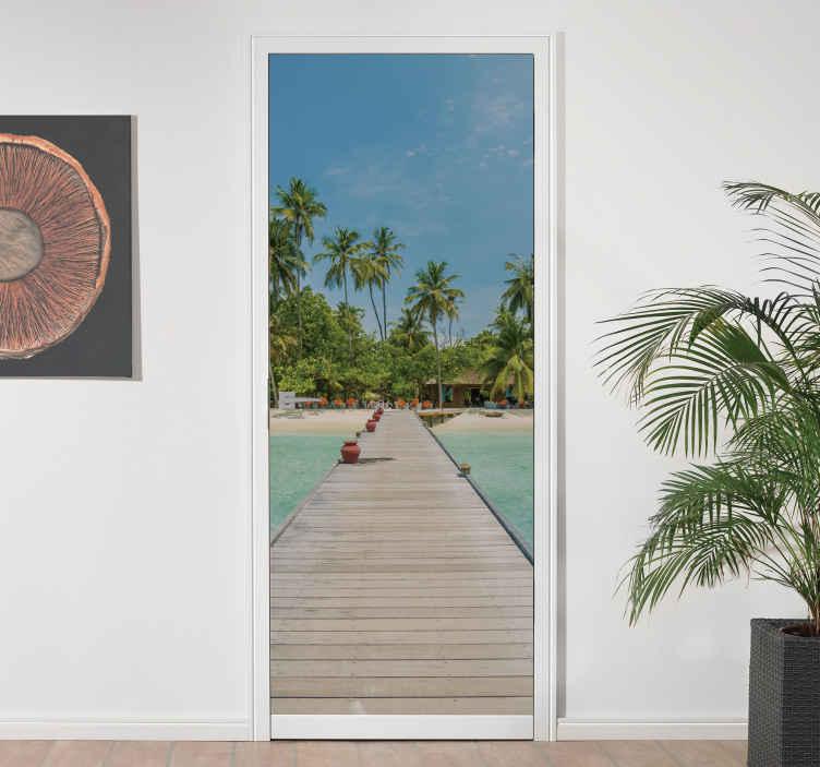TenVinilo. Vinilo puerta vistas embarcadero playa. Vinilo puerta con vistas a un embarcadero para que desde tu casa disfrutes un viaje cada vez que la cruces. Elige medidas ¡Envío a domicilio!