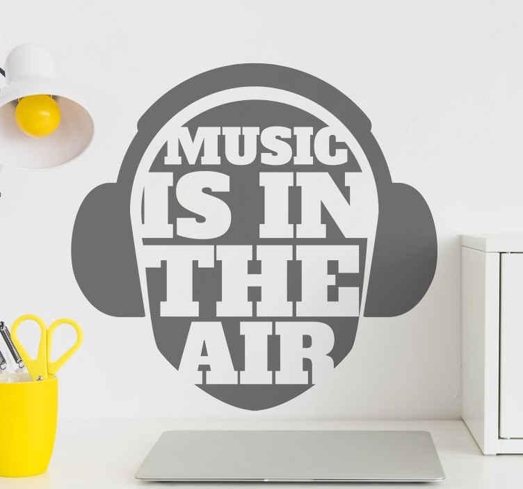 TenStickers. Muurstickers tienerkamer Auricolares voor muziek. Music is in the air muursticker decoratie om hun ruimte te verlichten. Een koptelefoon ontwerp met tekst 'muziek in de lucht. Het is verkrijgbaar in verschillende maatopties.