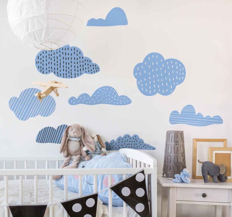 TENSTICKERS. 雲図面イラスト壁アートデカール. さまざまな雲のデザインプリントで作られた、子供たちの寝室用の例示的なキッズウォールステッカーデザイン。異なるサイズで利用可能