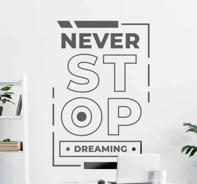 TenStickers. Motivatie muurstickers Stop nooit met dromen. Een eenvoudige maar motiverende Engelse tekst muursticker om elk vlak oppervlak te versieren. De tekst zegt '' stop nooit met dromen ''. We hebben het in verschillende maten.