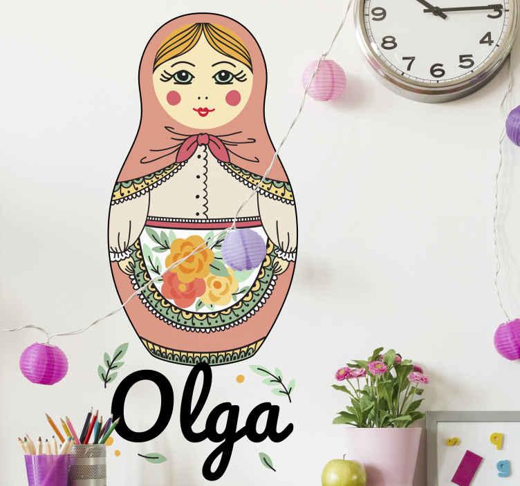 TenStickers. Autocolantes decorativos de brinquedos Matryoshka com nome. autocolante decorativo da arte da parede do matryoshka para o quarto das crianças. Ele vem em várias opções de tamanho. Fácil de aplicar e fabricado em vinil de alta qualidade.