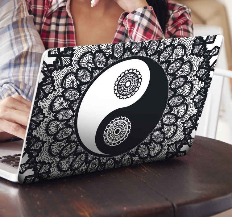 TenStickers. Autocolante decorativo para PC Ying yang paisley. Um produtosimbólico asiático ying yang incrível para um pc. Este autocolante decorativo para pc é apresentado com estampas estampadas, com estilo asiático.