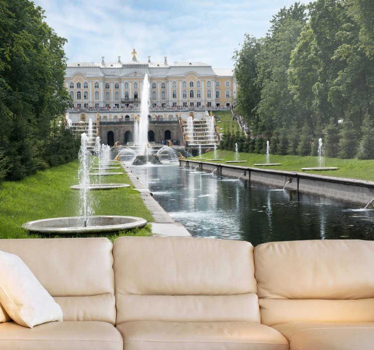 TenStickers. 彼得霍夫瀑布墙壁画. 照片壁画-一个放松的花园,长满绿草,树木和喷泉的镜头。理想的家。