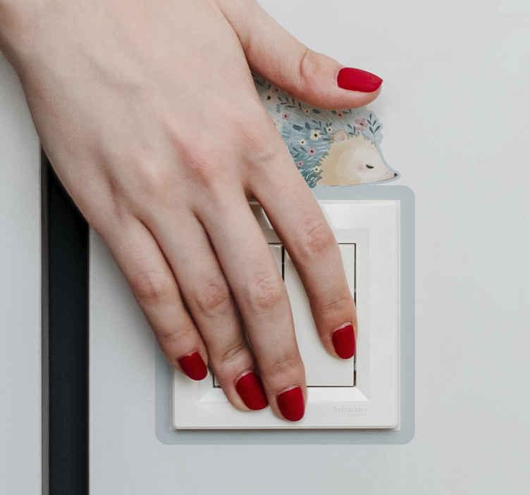 TenStickers. Muursticker stopcontact Stekelvarken kunst. Stekelvarken kunst lichtschakelaar sticker ontwerp een kunstwerk van een stekelvarken gemaakt in kleurrijke stijl met de aar in de vorm van bloemen.