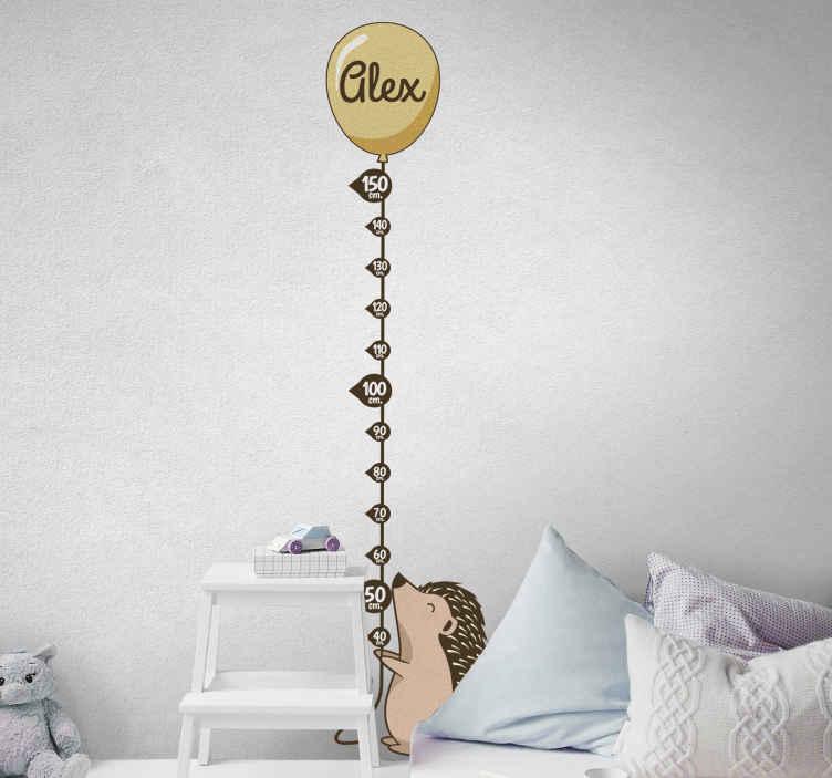 TenVinilo. Vinilo infantil medidor puercoespín con nombre. Diseño de vinilo infantil medidor de puercoespín sosteniendo un globo de aire en el que puedes personalizar el nombre ¡Envío a domicilio!