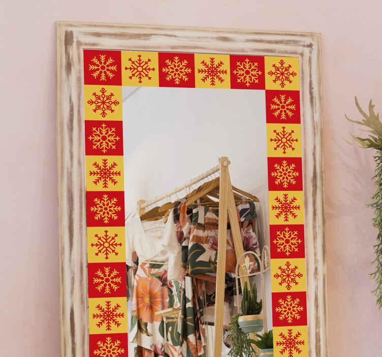 TenStickers. Kerststickers Kerst sneeuwvlokken frame. Op zoek naar een decoratieve kerst sneeuwvlokken sticker om speciale oppervlakken zoals spiegels, ramen, deuren enz. In te lijsten? We hebben u bedekt met ons ontwerp.