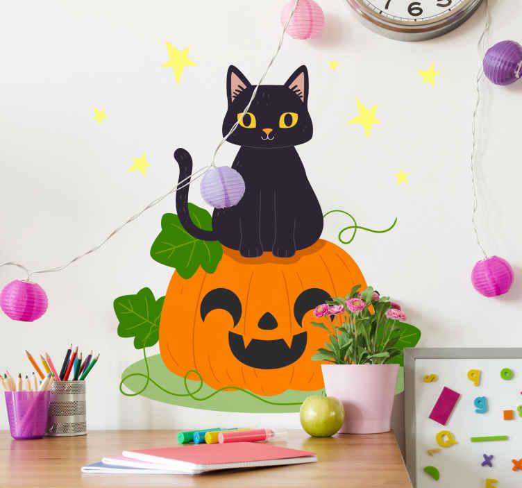 TENSTICKERS. かわいいハロウィン猫ハロウィンウォールステッカー. かわいいハロウィン猫ハロウィンステッカー。デザインはオレンジ色の怖いカボチャが特徴で、その上に黒い猫が座っています。