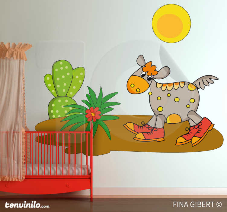TenStickers. Sticker decorativo nel deserto. Adesivo murale per camerette, che raffigura un curioso animale con indosso delle scarpe rosse, mentre si aggira tra cactus e fiori del deserto sotto un sole cocente.