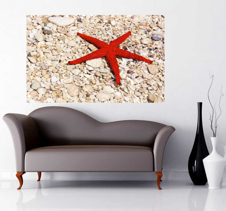 TenStickers. Naklejka dekoracyjna czerwona rozgwiazda. Fototapeta ze zdjęciem czerwonej rozgwiazdy leżącej na piasku.