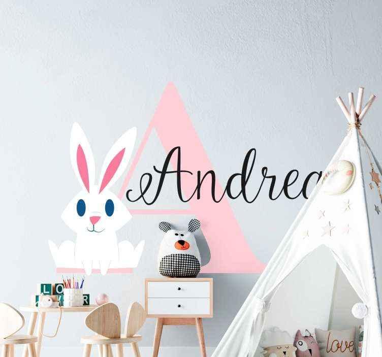 TENSTICKERS. カスタマイズされた名前の最初の文字と蝶のイラスト壁アート. 子供のための実例となるウォールアート装飾、名前の最初の文字が大きいサイズ、次に名前が完全なパーソナライズされた名前のデザイン。