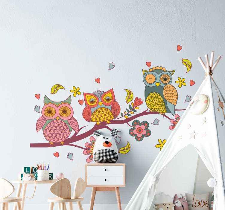TenVinilo. Vinilo bebé búhos coloridos nórdicos. Vinilo nórdico infantil con búhos en rama de árbol con remolinos y múltiples colores perfecto para decorar el cuarto de tu niña ¡Envío a domicilio!