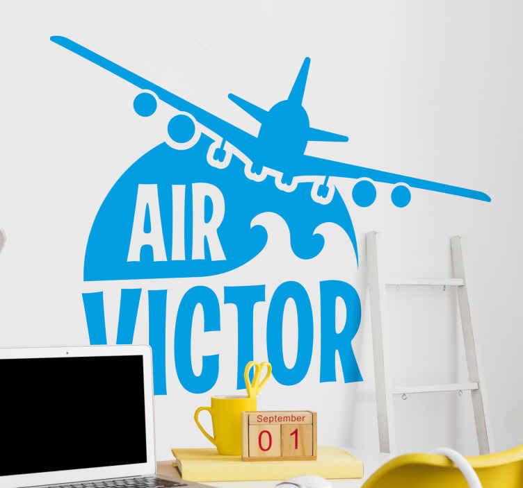 TenVinilo. Vinilo para niños avión estilo militar con nombre. Vinilo para niños de avión de juguete volando con nombre personalizado. Puedes elegir el tamaño y color que desees ¡Compra online!