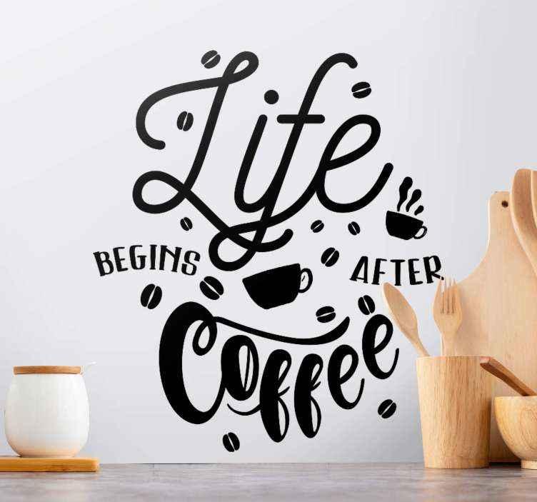 TENSTICKERS. コーヒードリンクのウォールステッカーの後に人生が始まります. 見事なキッチンウォールステッカーのデザインは、コーヒー豆と一杯のコーヒーに囲まれた見事なフォントで「コーヒーの後に人生が始まる」というテキストを特徴としています。
