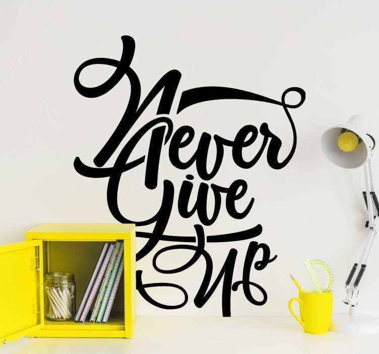 TenStickers. Motivatie muurstickers Geef nooit op. Dit verbluffende motiverende never give up sticker ontwerp kenmerkt de tekst 'geef nooit op' in een prachtig swirly lettertype. Verkrijgbaar in meer dan 45 verschillende kleuren.