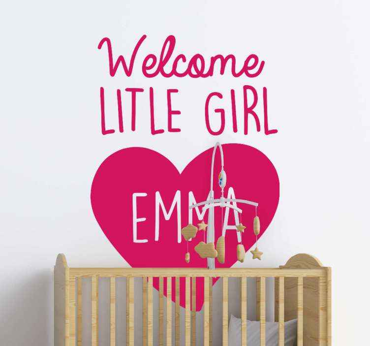 TENSTICKERS. ハートと名前のガラスドアデカールで歓迎. カスタマイズされた赤ちゃんの保育園のステッカー。あなたはあなたの家族に新しい赤ちゃんが到着するのを待っていますか?はいの場合、このデザインはあなたのためです。