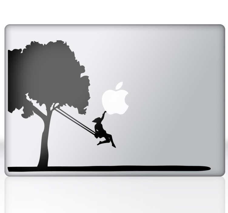 TenStickers. Naklejka na laptop drzewoz huśtawką. Ładna dekoracja na Twojego laptopa, która przedstawia drzewo z zawieszoną huśtawką, a niej huśtającą się dziewczynkę.