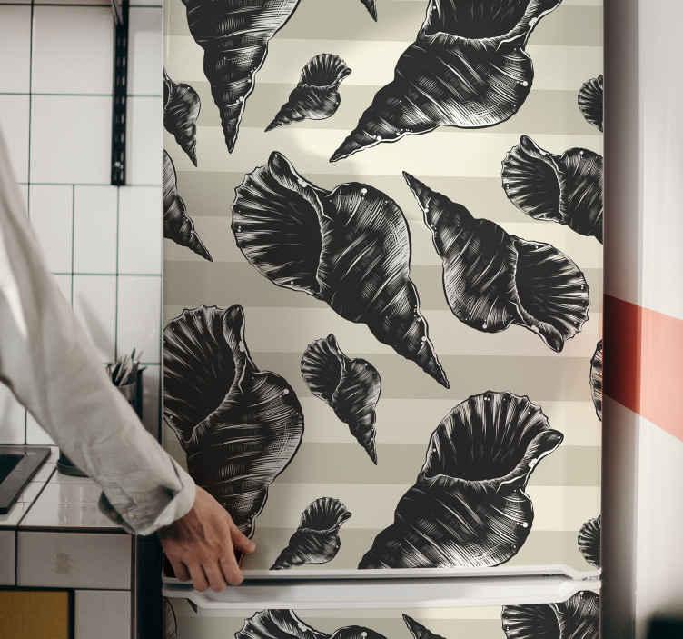 TenStickers. Koelkast stickers Hand tekenen zeeschelp vintage koelkast. Donkere zeeschelp Koelkastdeur sticker met een grote verscheidenheid aan handgetekende schelpen op een ontspannende achtergrond. Het is gemakkelijk aan te brengen en gaat extreem lang mee.