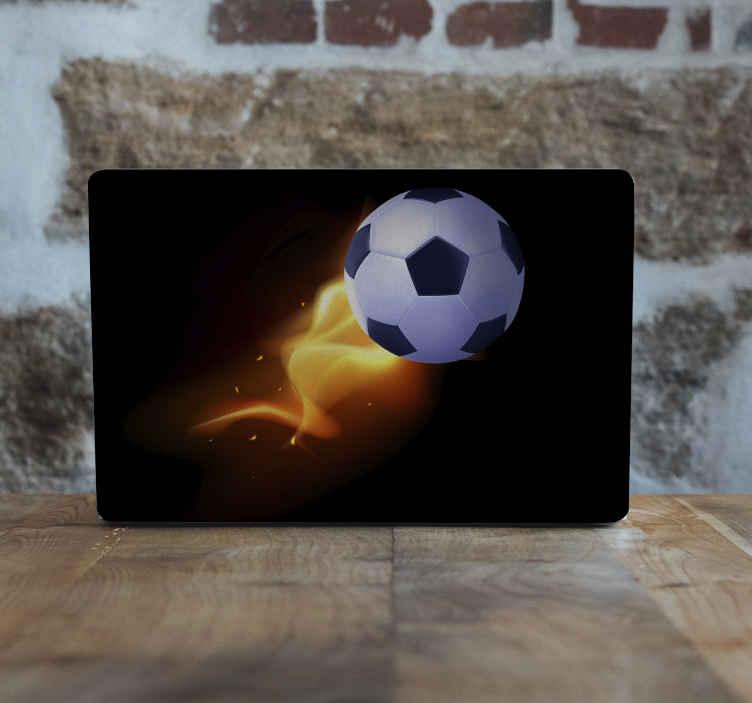 Tenstickers. Kraften i fotbollsbärbara datorer. Dekorativ fotboll laptop klistermärke skapad på en solid svart bakgrund med illustration av en fotboll med eld. Den är självhäftande och original.