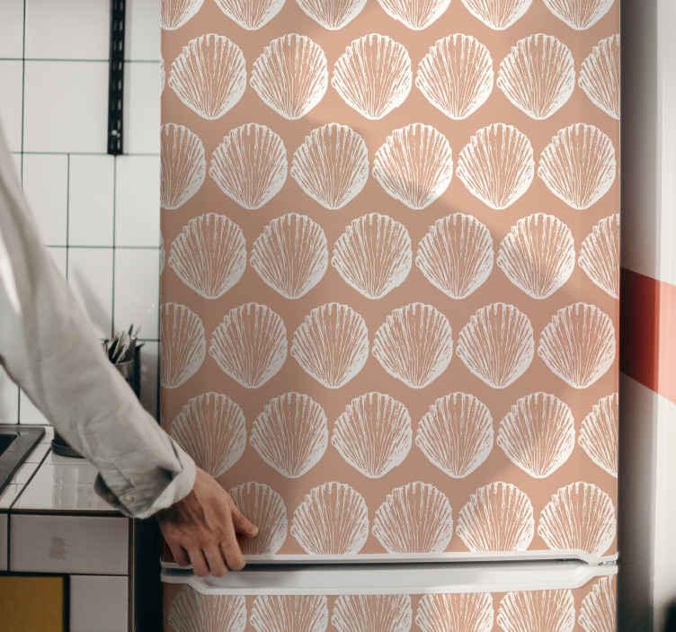 TenStickers. Koelkast stickers Retro beige koelkast met zeeschelppatroon. Retro beige zeeschelp koelkast sticker om uw koelkastdeur in te pakken. Het ontwerp is origineel, duurzaam en zelfklevend.