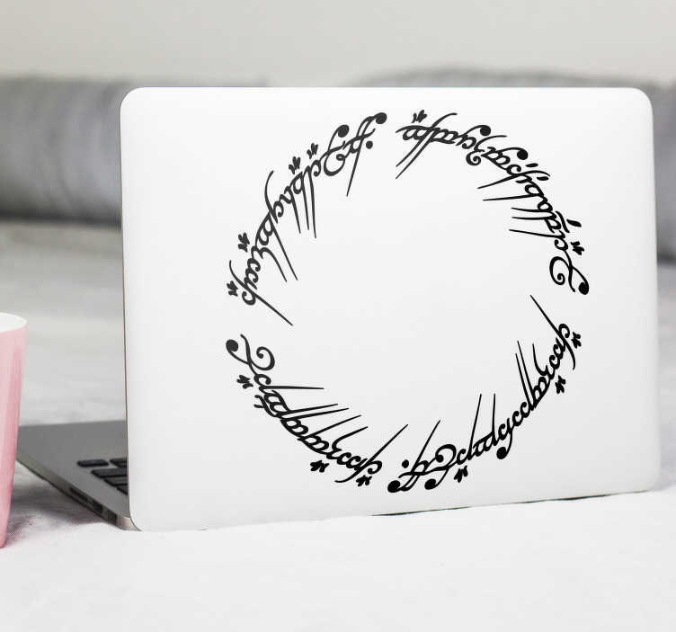 TenStickers. Sticker PC portable Seigneur des Anneaux. Fan inconditionné de la saga Le Seigneur des Anneaux ? Ornez votre ordinateur portable de ce texte elfique de la saga de Tolkien. *Selon la taille de l'ordinateur, les dimensions du sticker peuvent varier légèrement.