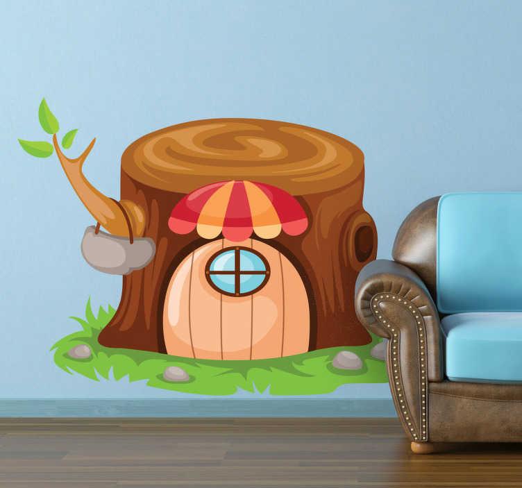 TenStickers. Sticker huis boomstam. Muursticker van een huis in de stam van een omgezaagde boom in een sprookjesbos. Prachtige muurdecoratie voor de kinderkamer.