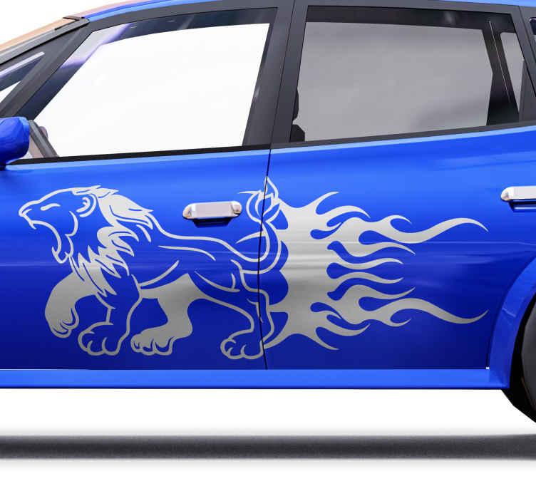 TENSTICKERS. あなたの車のデカールを捕まえるひどいライオン. 車の装飾的なライオンのシルエットのデザインステッカー。ライオンのデザインは、恐らく獲物を捕まえるために向かっている、激しいもので台無しになっているように描かれています。
