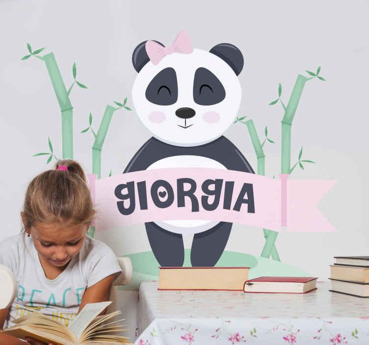 TENSTICKERS. 名前の赤ちゃんパンダの女の子子供の寝室の壁のステッカー. はい!カスタマイズされた名前のこの赤ちゃんパンダは女の子のためのものです。このデザインにカスタマイズしてもらうために、テキストフィールドにプリンセスの名前を入力してみませんか。