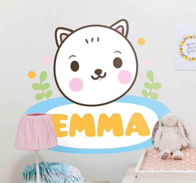 TenStickers. Stickers kinderkamer Kindernaamlabel met kat. Schattige teddybeer sticker met aangepaste naam. Het ontwerp stelt een kat voor met een naamplaatje op een mooi etiket. Verkrijgbaar in elke gewenste afmeting.