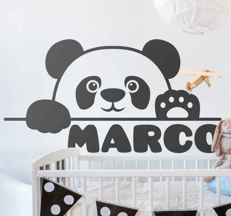 TenVinilo. Vinilo para niños osito panda bebé con nombre. Personalice este vinilo para niños adhesivo con osito panda bebé saludando. Puedes poner el nombre que desees ¡Descuentos disponibles!