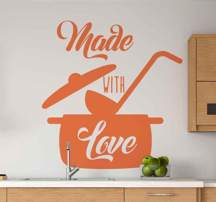 TenStickers. Adesivo autocolante para Cozinha Cozinha feita com amor. Decoração de autocolante de utensílios de cozinha de cozinha perfeita ilustrando uma panela aberta com uma colher e o texto '' minha cozinha minha regra ''.