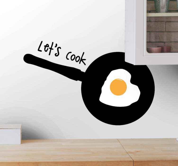 TenStickers. Adesivo autocolante para Cozinha Vamos cozinhar com ovo frito. Ilustração cozinhar panela autocolante para decoração da cozinha. O produtoda panela é caracterizado por um ovo frito e contém o texto que diz '' vamos cozinhar ''.