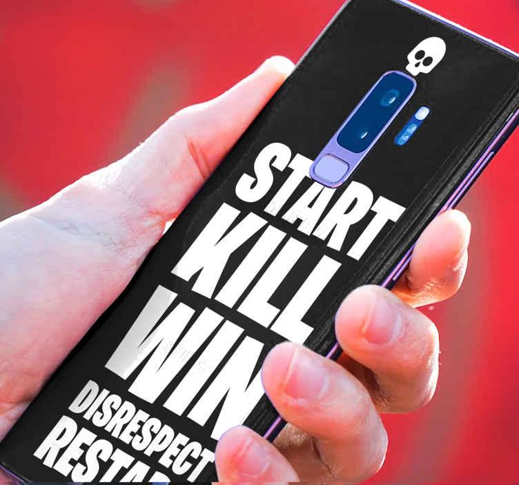 """TenVinilo. Skin de Samsung Fortnite comienza y gana. Skin Galaxy Fortnite para teléfono. Diseño con texto """"empiza, mata y gana"""" con un fondo negro. Elige el modelo ¡Envío express!"""