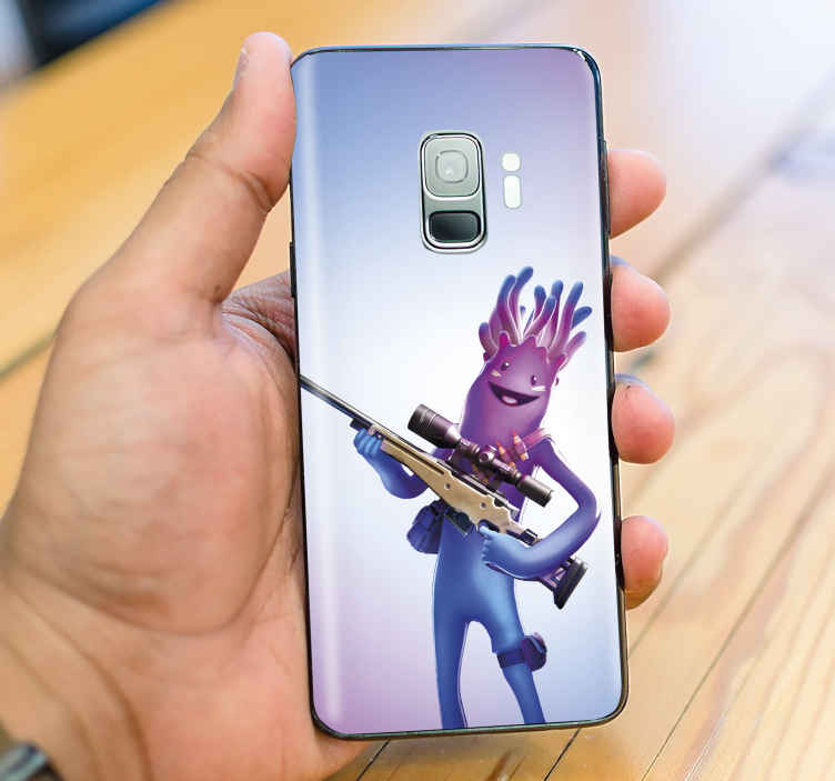 TenVinilo. Skin de Samsung personaje Fortnite armado. Divertida y alegre skin Galaxy Fortnite con un personaje quincenal con una munición. Muy fácil de pegar ¡Descuentos disponibles!