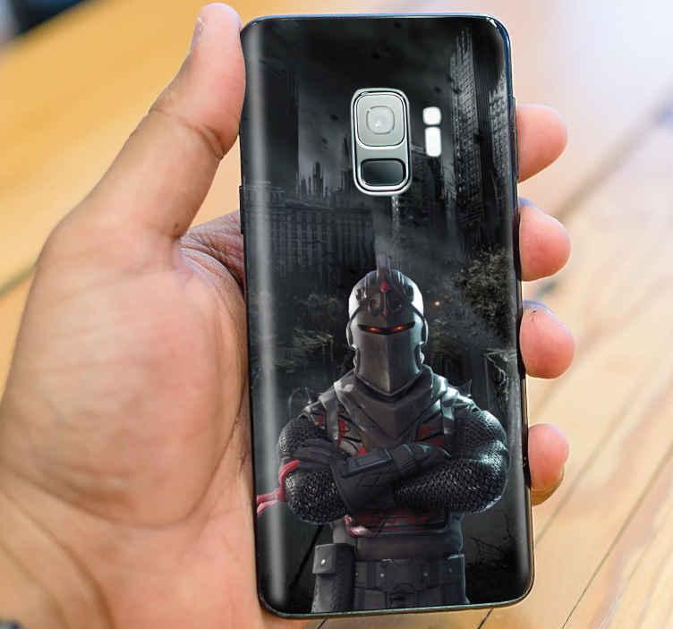 TenVinilo. Skin de Samsung negra personaje Fortnite. Si eres un amante de los juegos de Fortnite, decora ahora tu móvil con esta skin galaxy fortnite con personaje y fondo negro ¡Envío express!