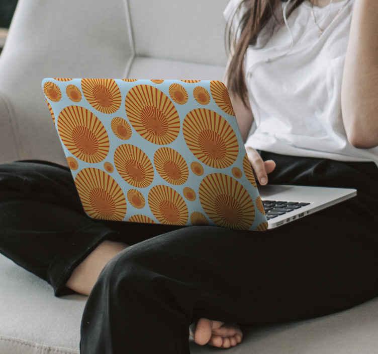 TenVinilo. Vinilo para laptop sol de los 70. Fantástico vinilo para laptop con patrón de soles vintage para que decores tu ordenador de forma original y exclusiva ¡Envío exprés!