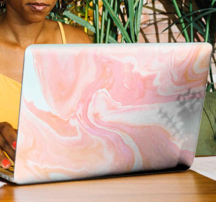 TenStickers. Notebook Aufkleber Rosa marmor für laptop. Dekorative Laptop Skin Aufkleberdesign. Schönes Design, das eine rosa marmorstruktur mit abstraktem thema imitiert. Einfach aufzutragen und selbstklebend.
