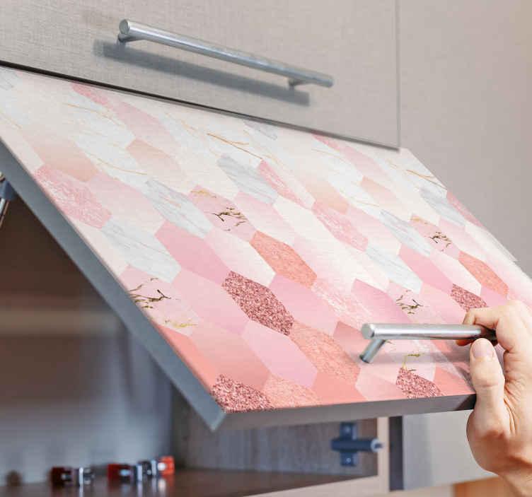 Tenstickers. Ružové mramorové obtlačky na nábytok. Ozdobte si svoj nábytok v domácnosti, či už do kuchyne, spálne alebo kúpeľne, našou originálnou nálepkou na nábytok s geometrickým ružovým mramorom.