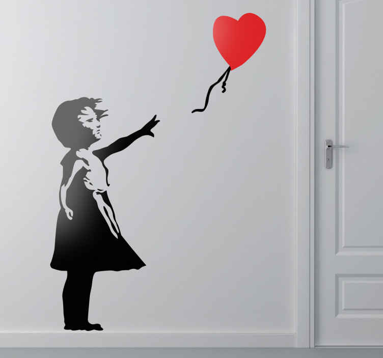 TenStickers. 有红色心脏气球剪影标签的女孩. 世界上最着名的艺术家的作品可以作为装饰贴纸在你的墙上。我们的银色墙贴系列设计!